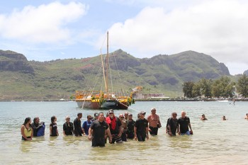 The crew of Nāmāhoe lands at Kalapaki
