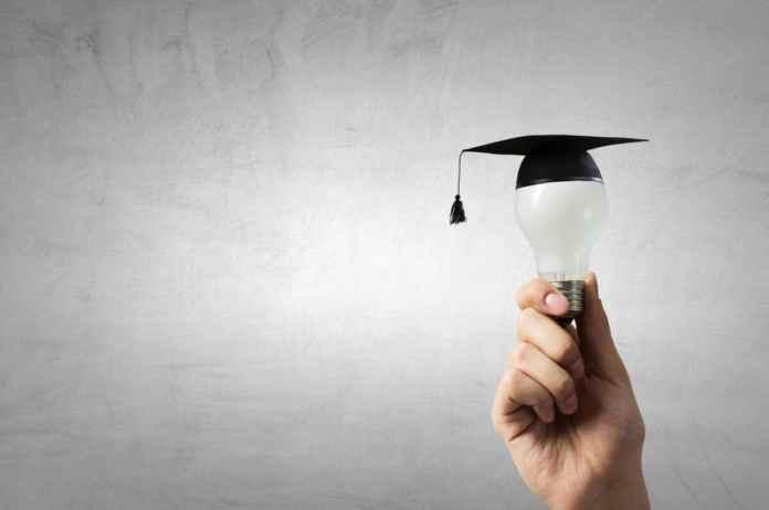 una lampadina che indossa un cappello di laurea