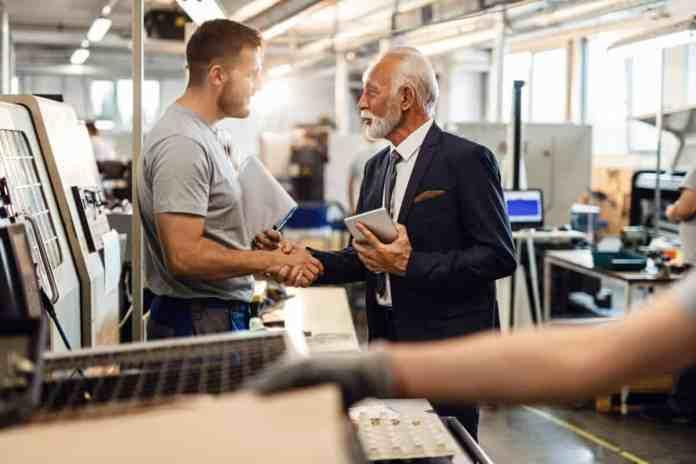 stretta di mano tra lavoratore e datore di lavoro