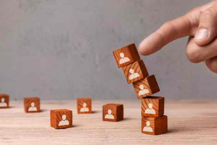 dito che fa crollare una colonna di blocchi di legno