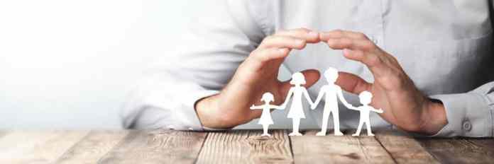 due mani proteggono una famiglia di omini