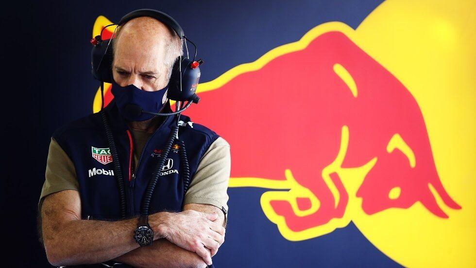 Sergio Pérez y Max Verstappen felices de que Adrian Newey esté de vuelta en el muro de Red Bull
