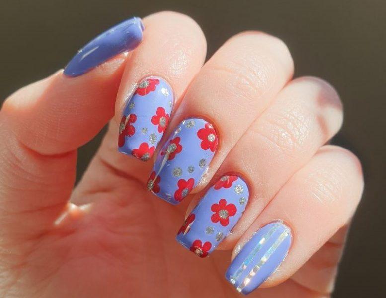 Nail art in azzurro pastello e fiori rossi