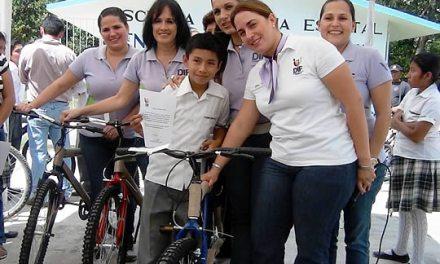 Entrega DIF Tuxpan 44 bicicletas a alumnos con excelencia educativa en Las Pasas.