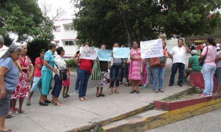 Se manifiestan habitantes de la Mata, exigen reapertura de centro de salud.