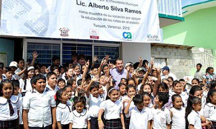 """Entrega gobierno de Tuxpan computadoras con internet a una nueva escuela dentro del programa """"UNETE"""""""