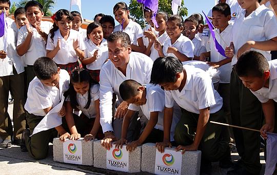 Continúa la construcción de más domos y entrega de apoyos a escuelas de Tuxpan