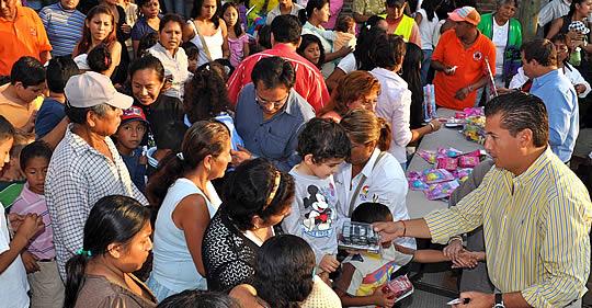 Entrega ASR 2 mil juguetes a niños y niñas de 17 colonias en Tuxpan