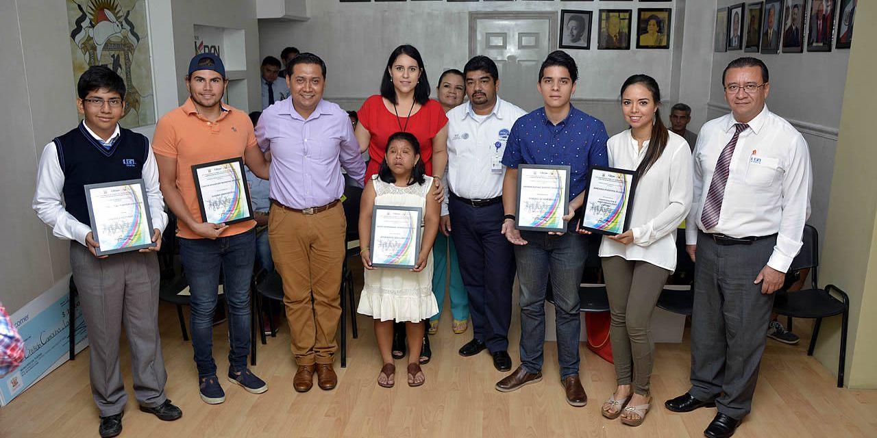 Ayuntamiento de Tuxpan reconoce a jóvenes destacados