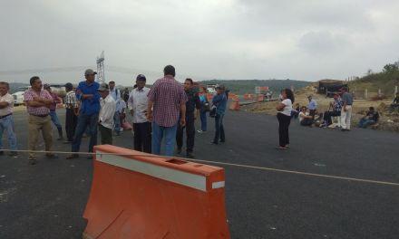 En Boca del Monte bloquean carretera