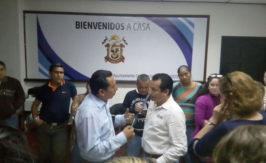 Alcalde se compromete a pagar a trabajadores municipales