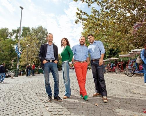 Ο Γιάννης Δεληγιάννης, η Μαριάνθη Σταυρίδου, ο Μιχάλης Πιτσικάλης και ο Γιώργος Καραμάνογλου, έξω από τα γραφεία της tradeNOW.