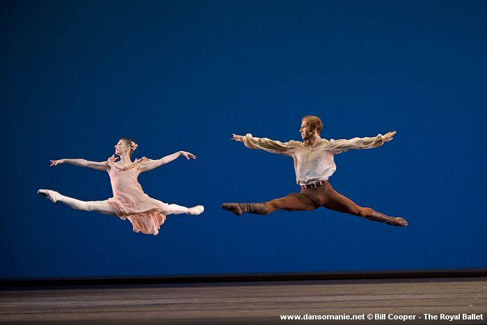 Alina Cojocaru and Johan Kobborg doing parallel grand jetés. Photo: Bill Cooper - The Royal Ballet ©. Source: Dansomanie