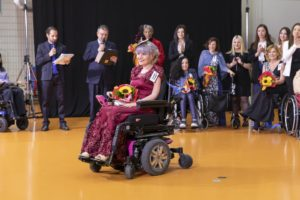 1dff1b949dd7 ... sul tema della moda accessibile, coinvolgendo 80 studenti di sei scuole  di moda nella realizzazione di abiti su misura per persone con disabilità  ...