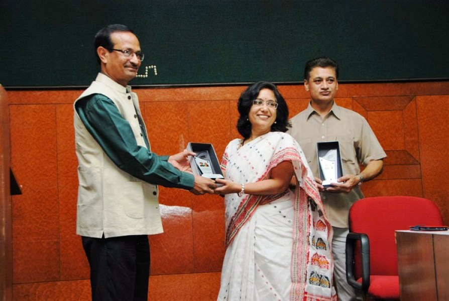 Sanjay Kumar presents first Phule Ratna awards to Susma Yadav, Kasyap_2014-06-27