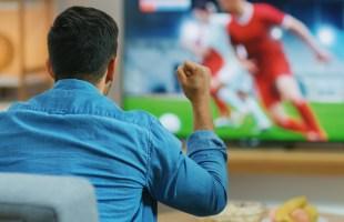 Wat maakt dat voetbal kijken door mannen nou zo leuk?