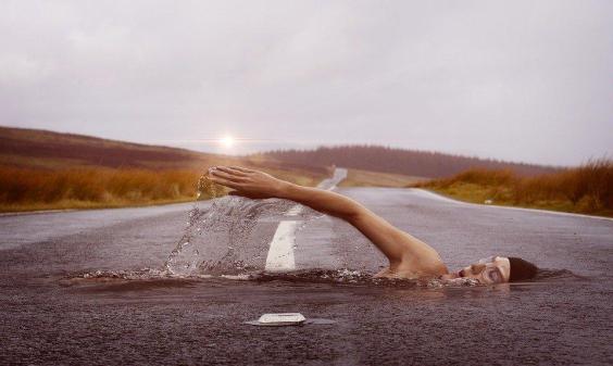 Waarom het combineren van rennen en zwemmen ontzettend goed is voor je lichaam
