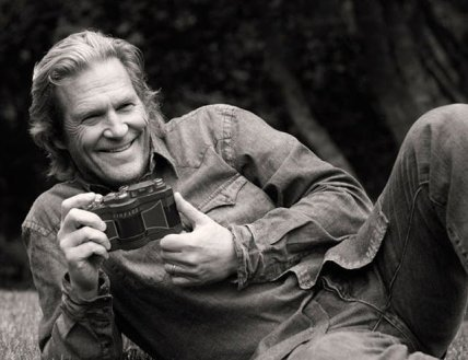 jeff-bridges-with-a-widelux-panoramic-camera