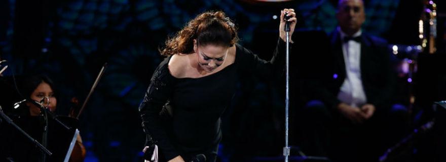 ¡Se nos enojó Isabel Pantoja! Paró su show y pidió respeto cuando ella estuviera cantando