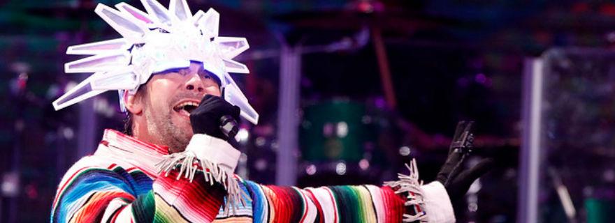 Álex Hernández recibe duras críticas en las redes sociales por la transmisión del show de Jamiroquiai en Viña 2018