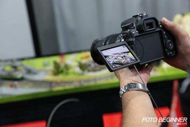 EOS 70D的屏幕可以反出來,方便取景拍攝。