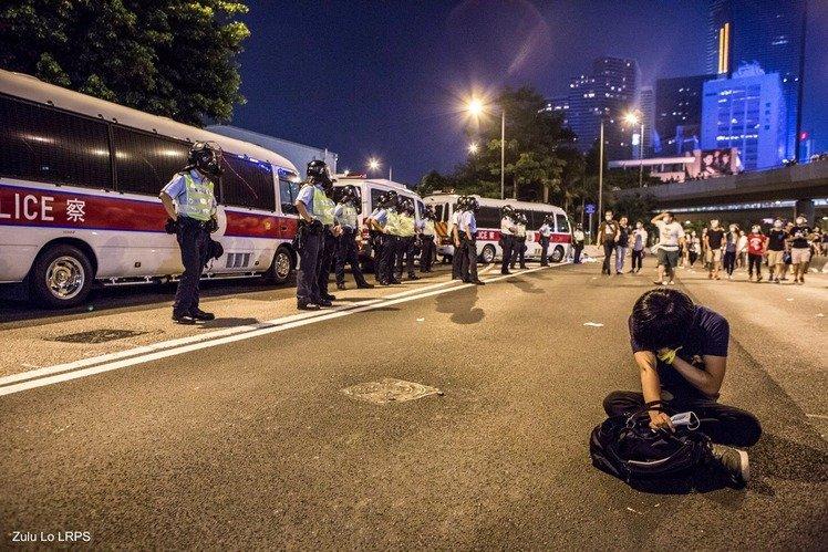 最令我印象深刻的一幕:突然有一位市民一言不發坐在路中心,在旁市民立即向警員求助不果,有人指責警員對市民動武,但警員依然無動於衷