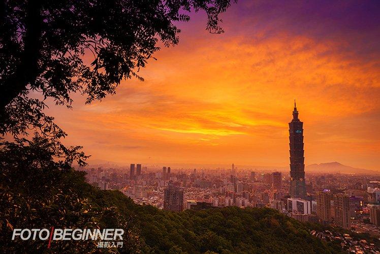 透過白平衡設定和在 Photoshop 加強飽和度、平衡光差等,城市可以襯托出漂亮的日落景色!
