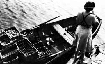 Mevrouw van Heemskerk Ducker bij groentenboot van Jaap van Dam.