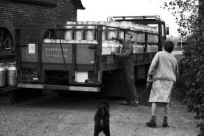 Een bijzondere gelegenheid, maar welke en waar? De allerlaatste melkbussen worden opgehaald bij Lijntje Den Hertog.