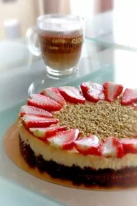 cheese cake s jahodama a káva