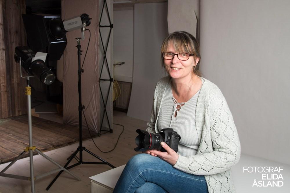 Kathrin Simonsen med svennebrev i studioet til Dannevig Foto