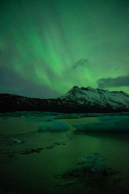 Vallende ster en noorderlicht in één foto in IJsland