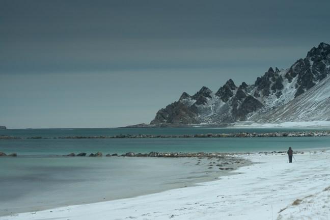 Besneeuwd strand op de Vesterålen