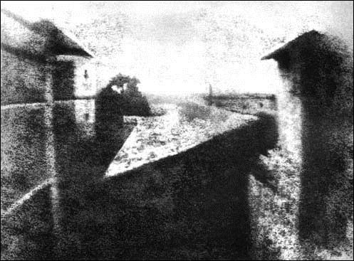 Nicéphore Níépce imprime a primeira imagem utilizando betume da judeía