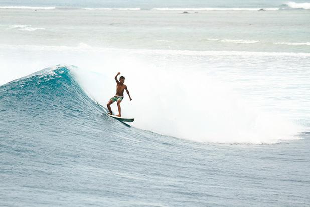 Surfista na Indonésia