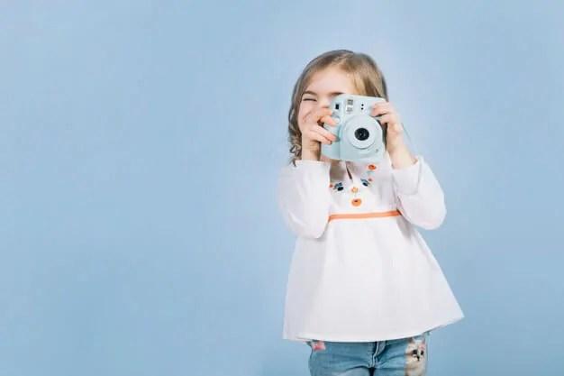 tomando foto con cámara Instax