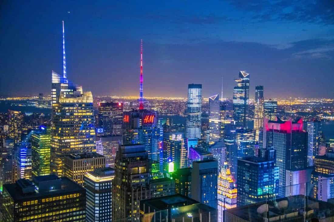 Manhattan in het avondlicht met ontstoken verlichting