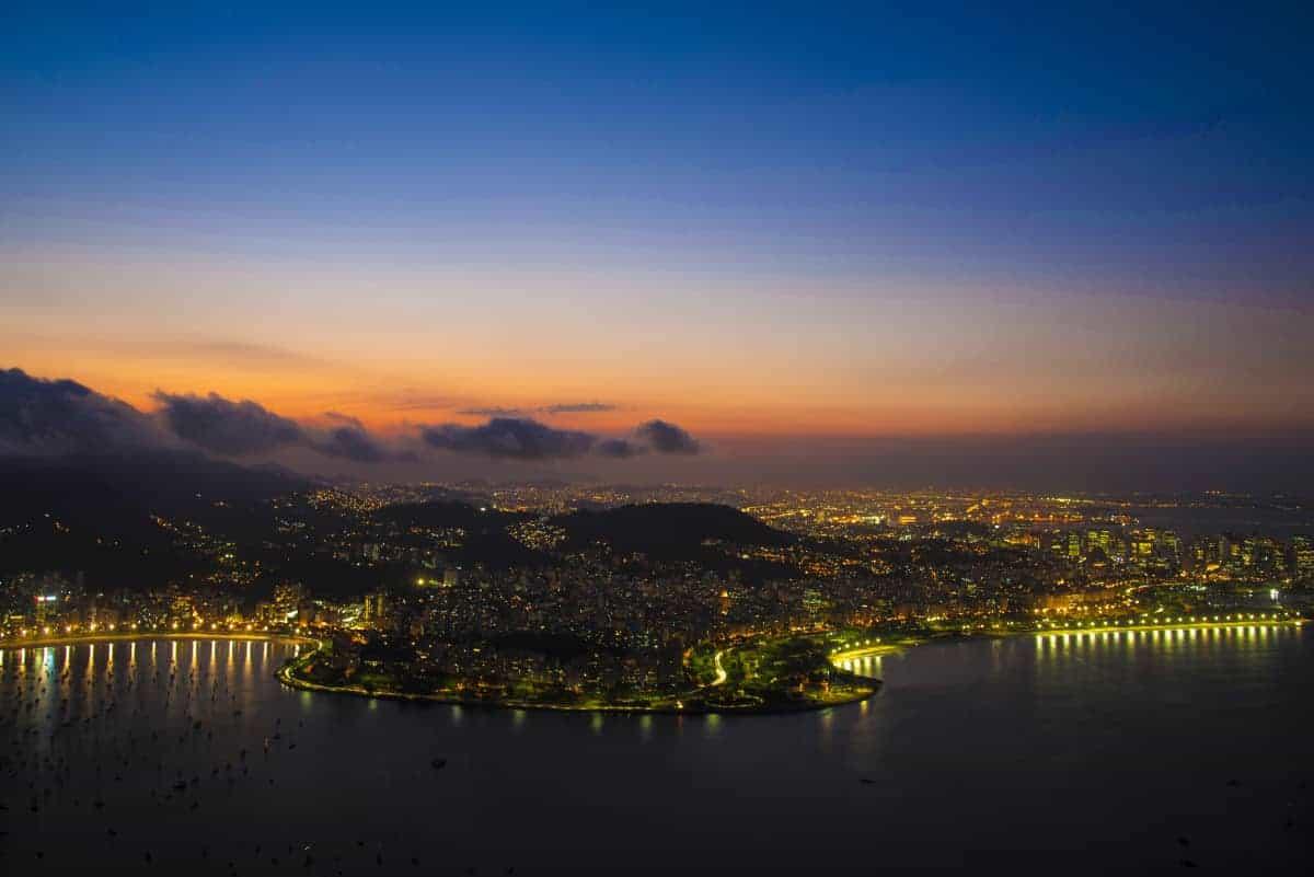 Rio de Janeiro bij nacht met verlichting tijdens de fotografiereis Brazilië.