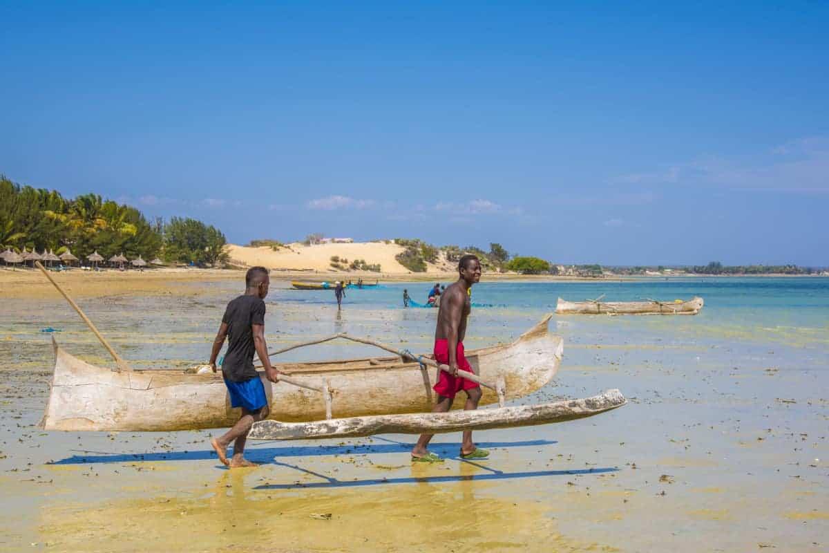 Fotoreis Madagaskar Ifaty mannen dragen vissersboot