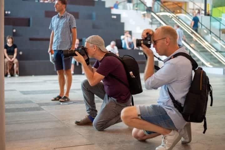 Deelnemers aan het fotograferen in Forum Groningen