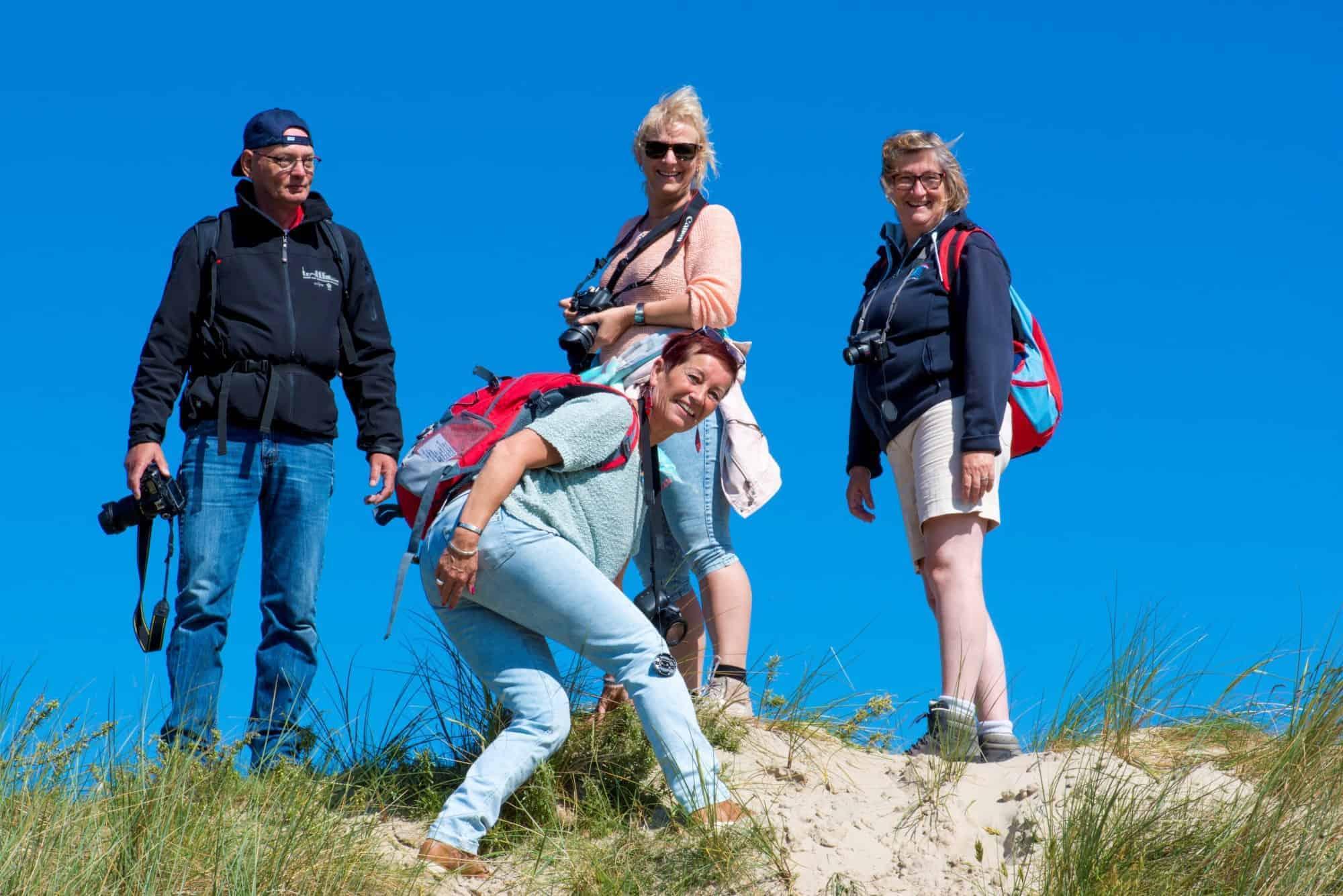 Deelnemers op een duin - fotoweekend Ameland
