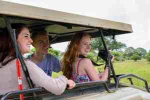 fotograferende jongeren in jeep in Tanzania bij Fotografie-reizen - Fotoreizen