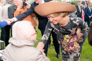Maxima geeft bejaarde een hand in Ijsselstein