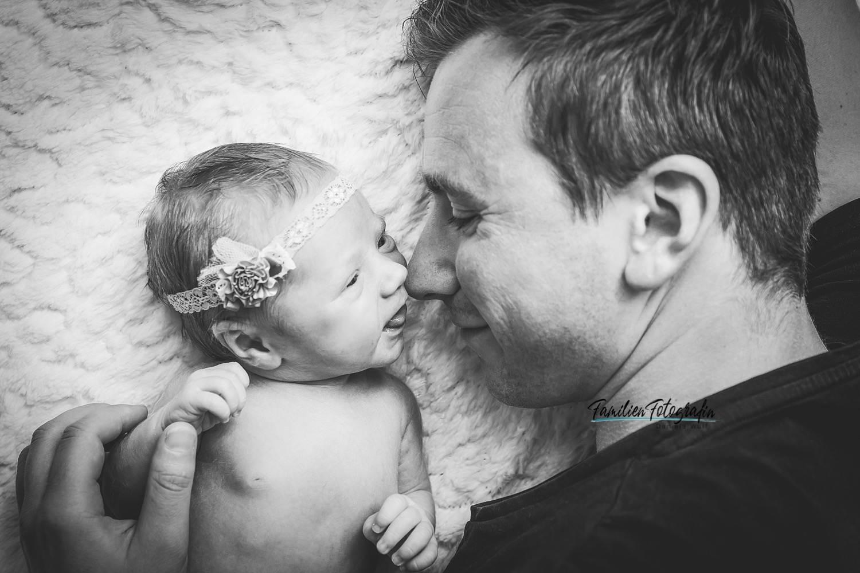 Papa mit neugeborenen Mädchen, Hometory Fotos mit Neugeborenen Mädchen in Bremen