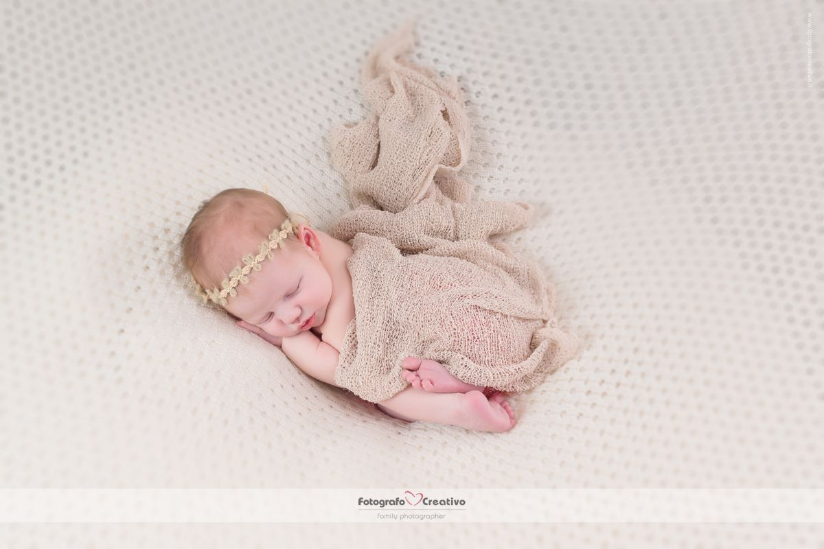 fotografo newborn puglia Alice nel paese delle meraviglie che dorme beata
