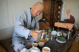 Mnich Hyeongag chystá čaj v horské poustevně...