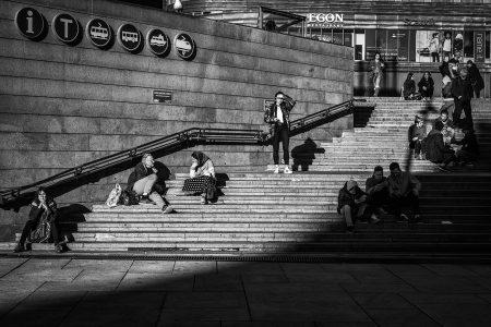 Den ikoniske trappen ved Jernbanetorget i Oslo er alltid et populært tilfluktsted så snart solen titter frem og varmegradene drister seg over 10 celcius.