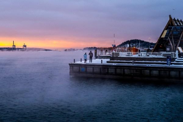 Mennesker på brygge utenfor Langkaia og Salt i Oslo
