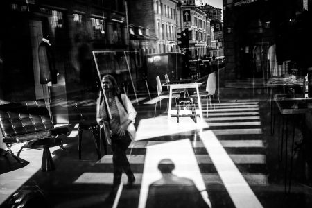 Mange bits´n´pieces fra gatebildet samlet i en herlig blanding – alt i gjennom én vindusrefleksjon.