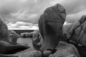 Eldgamle stenformasjoner på Hvaler – formet av tidens tann gjennom både istid og hardt vær. Motivet er hentet fra Herføl, en av de ytterste øyene på Hvaler og her finner du mange små og store jettegryter, som det kalles.